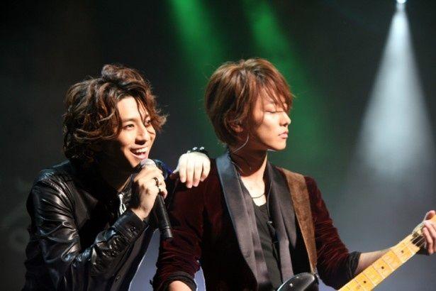 映画「カノジョは嘘を愛しすぎている」の完成披露試写会の際にサプライズでライブパフォーマンスを披露した(左から)三浦翔平と佐藤健