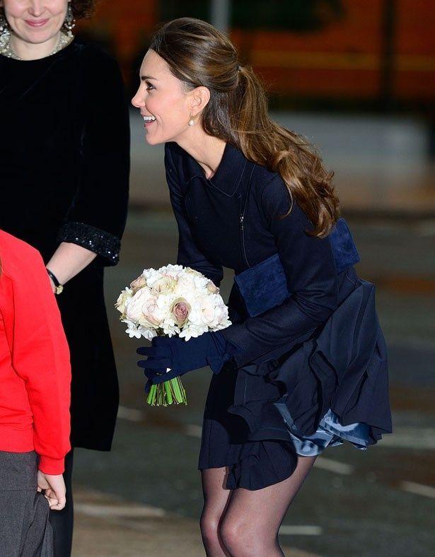 キャサリン妃のスカートが風でめくれ上がるハプニング!