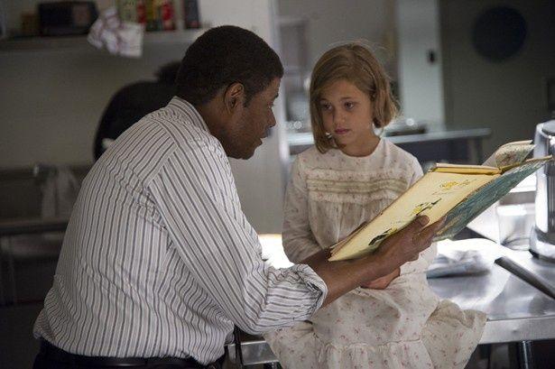 幼いキャロライン・ケネディと本を読み聞かせるホワイトハウスの執事