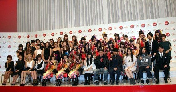 「第64回 NHK紅白歌合戦」の初出場者記者会見に登場した(左から)E-girls、NMB48、miwa、泉谷しげる、サカナクション、福田こうへい。ほか、Sexy Zoneらも初出場