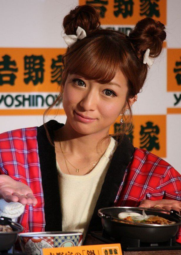 牛すき鍋膳をPRする辻希美さん