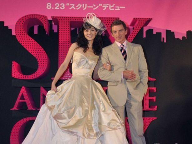 伊藤美咲と監督。キャリーが着たドレスです