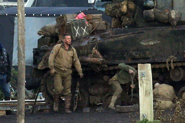 フューリーという戦車に乗る5人のアメリカ兵が、自暴自棄になったドイツ軍と戦う