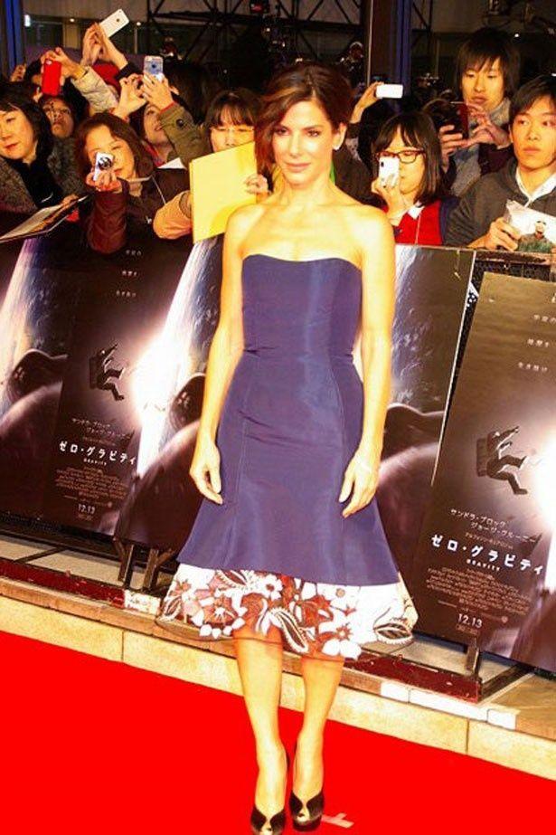 ブルーのドレスをまといレッドカーペットを歩いたサンドラ・ブロック