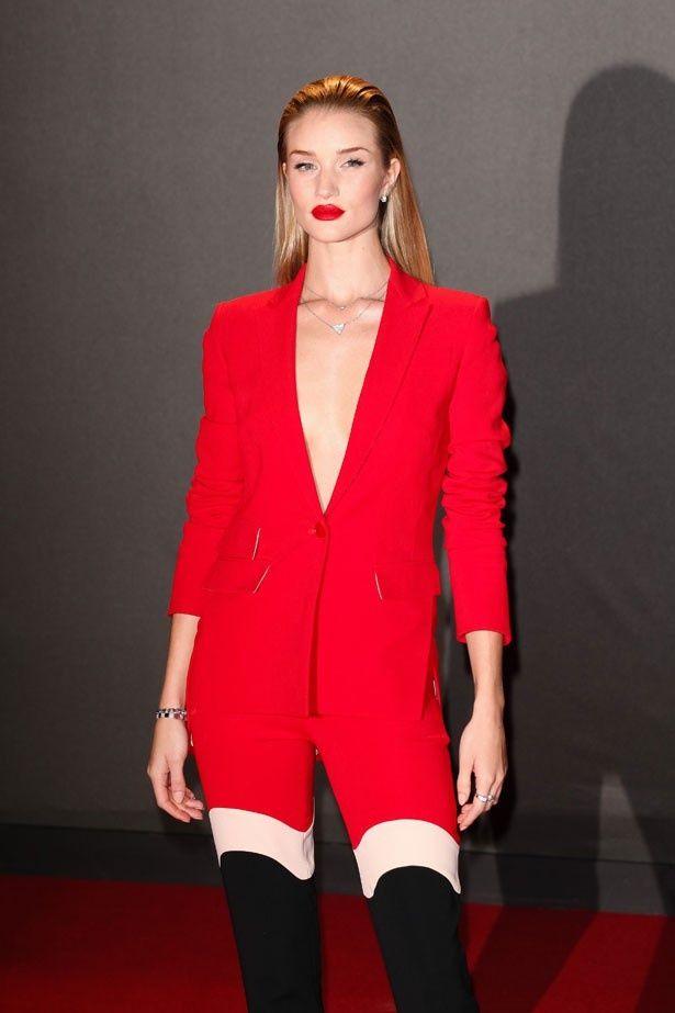 ブリティッシュ・ファション・アワードに真紅のパンツスーツで登場したリンジー