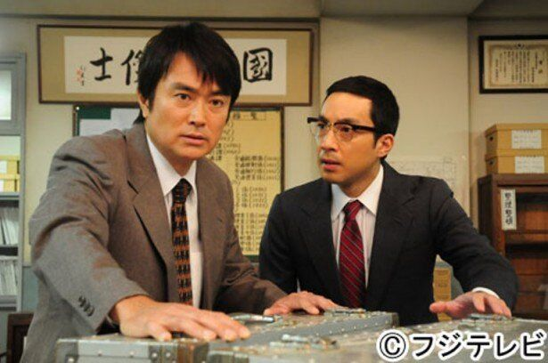 鈴木公一刑事(石黒賢)と加藤尚刑事(山下徹大)は三億円事件捜査の最前線に立っていた