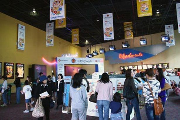 映画館入り口では映画を楽しむ人々がたくさん