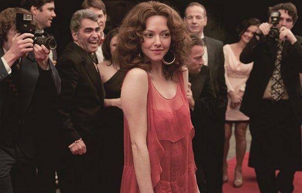 シースルーの衣装もセクシー!ラヴレース役のアマンダ・サイフリッドが大胆な演技で女優魂を見せる