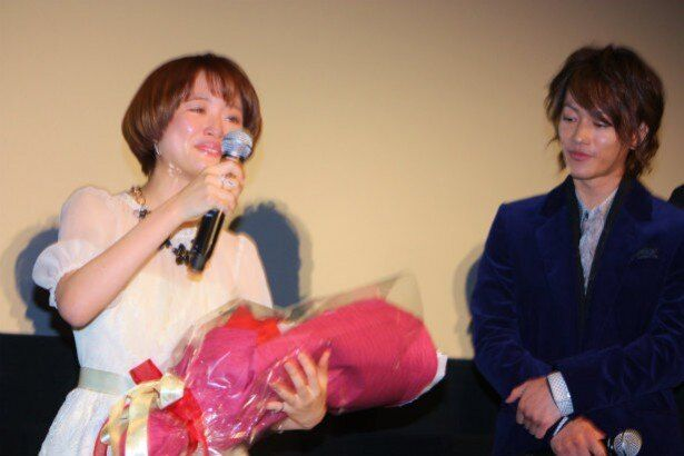 【写真を見る】佐藤健に見守られ、涙ながらにマイクを手にする大原櫻子