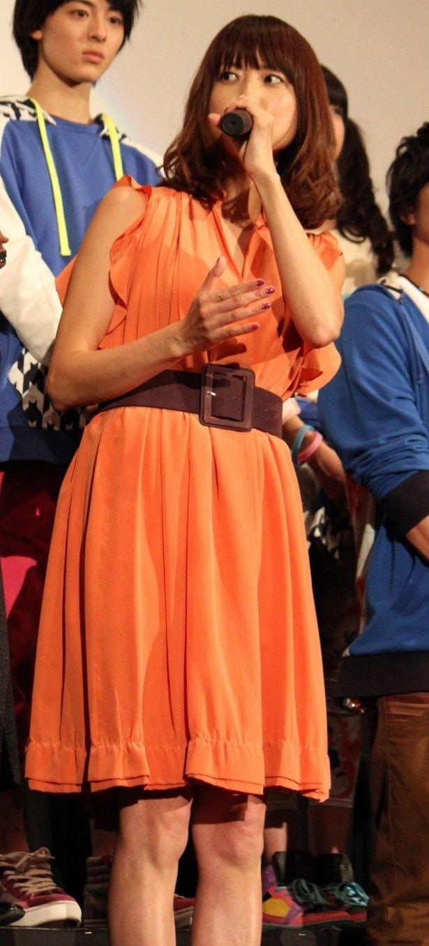 hitomiはオレンジのドレス姿で登場