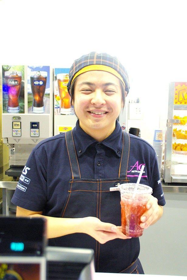 フレーバーティーを紹介してくれたコンセッションの中川さん。味の種類も豊富