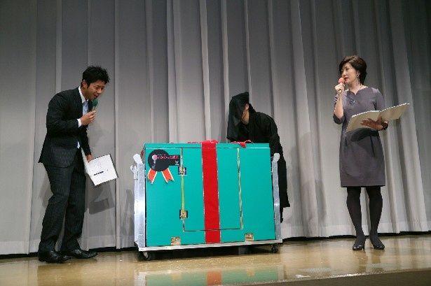 '14年1月3日(金)放送の「お正月特別企画 鍵のかかった部屋SP」(フジ系)の完成披露試写会に届けられた榎本(大野智)からのクリスマスプレゼント