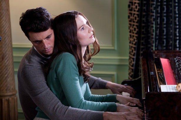 ピアノの連弾で心を通わせ始めるチャーリー(マシュー・グード)とインディア(ミア・ワシコウスカ)。恍惚とした表情が色っぽい