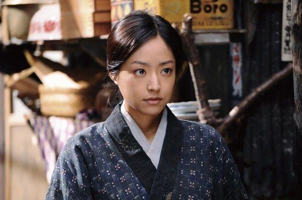 岡田准一主演の『永遠の0』が大ヒットスタート!井上真央は岡田の妻役を演じる