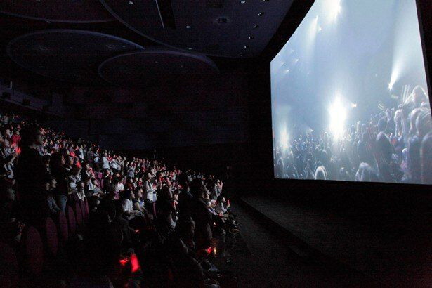 映画館ならではの大画面と大音量で体感できるライブ・ビューイングの模様