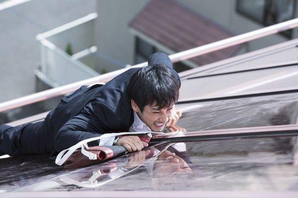 屋根をよじ登ったりと激しいアクションを披露している西島秀俊
