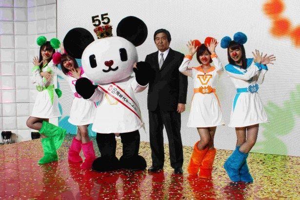 """テレビ朝日開局55周年を記念して結成された""""ゴーちゃん。GIRLS""""と早河洋代表取締役社長"""