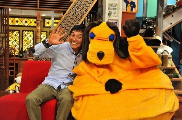 「新春大売り出し!さんまのまんま」で司会を務める明石家さんま(左)とマスコットキャラクターのまんまちゃん(右)