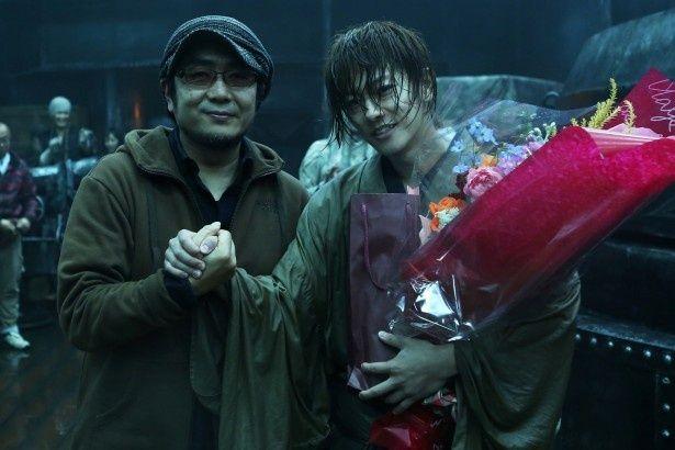クランクアップを迎え、がっしり手を組む主演の佐藤健と大友啓史監督