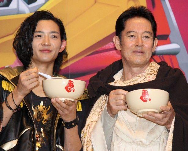 【写真を見る】父子役として共演する竜星涼と山下真司。仲良くお粥をパクリ!