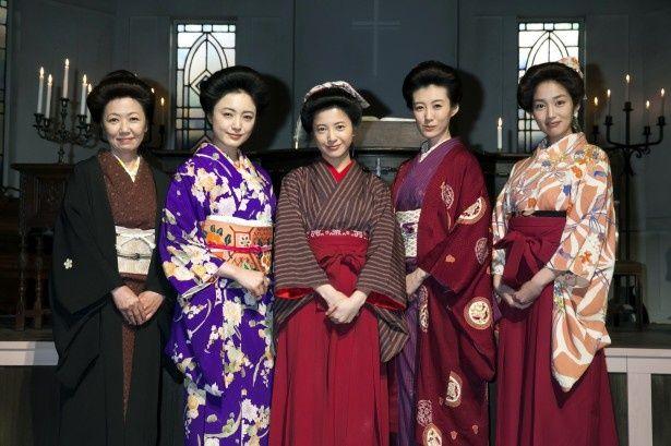 次期連続テレビ小説「花子とアン」の取材会に登場した(左から)浅田美代子、仲間由紀恵、吉高由里子、ともさかりえ、高梨臨