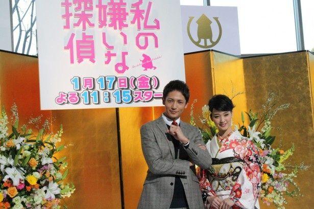 「私の嫌いな探偵」の会見に登壇した玉木宏(左)と剛力彩芽(右)