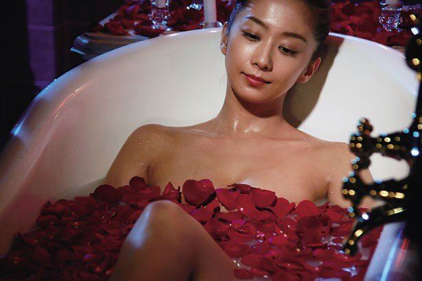 バラの花びらを浮かべて優雅に入浴中。優香の美しい体にドキッ!