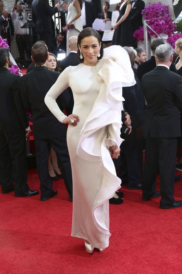 ステファンローランの白いドレスのポーラ・パットン
