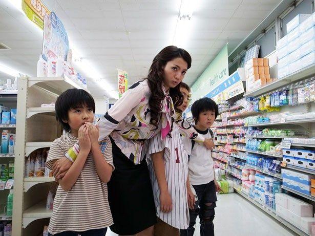 満島ひかりが型破りな教育実習生のアンナを好演。洋服も派手!