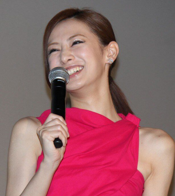 北川景子、『抱きしめたい 真実の物語』の初日舞台挨拶で笑顔!