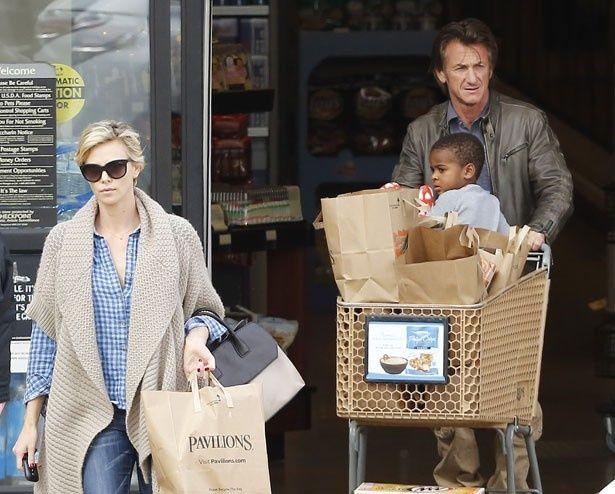 ショーンとシャーリーズ、養子のジャクソンが3人で買い物に!