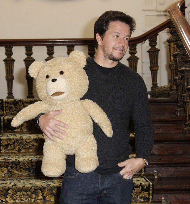 【写真を見る】マーク・ウォールバーグ演じるジョンとテッド
