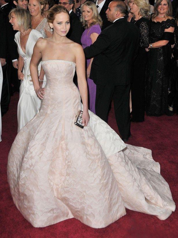 世界中のメディアから厳しい目を向けられるアカデミー賞。こちらは昨年のジェニファー・ローレンスのロングドレス