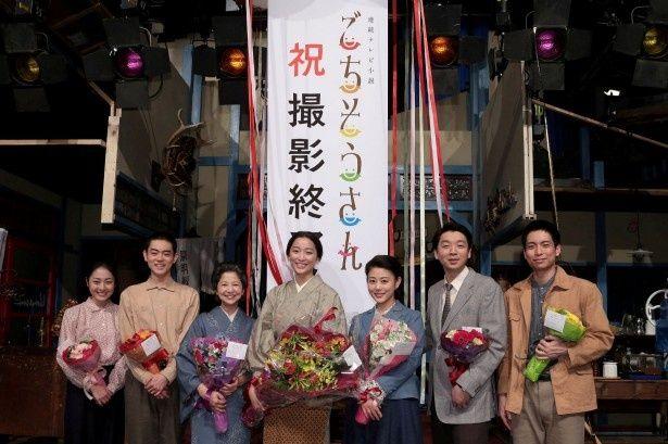 クランクアップを迎えた松浦雅、菅田将暉、宮崎美子、杏、高畑充希、茂山逸平、中山義紘(写真左から)