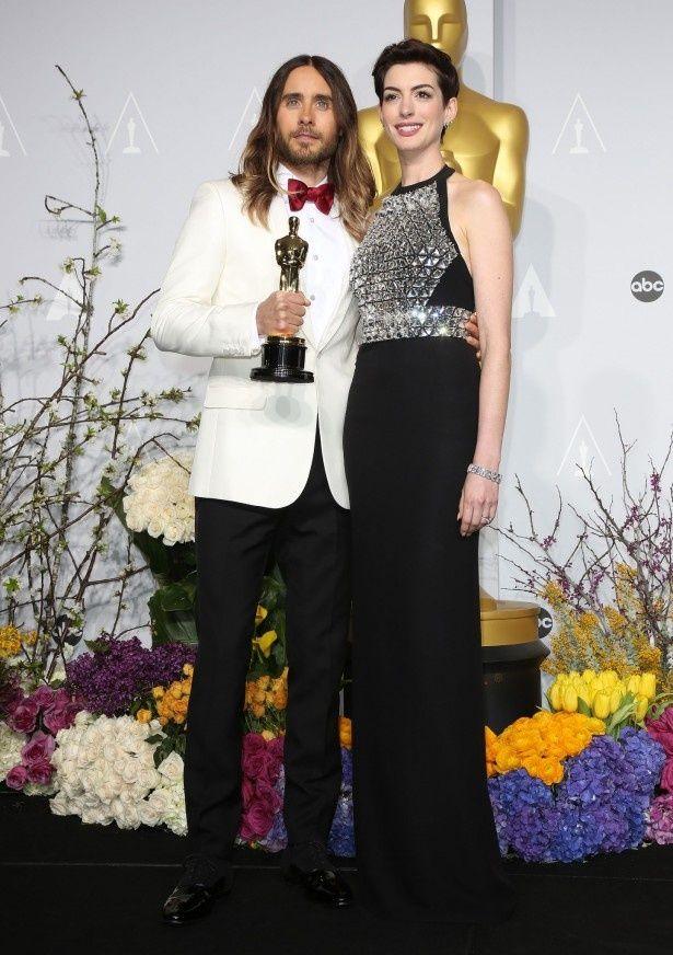 『ダラス・バイヤーズクラブ』のジャレッド・レトが助演男優賞を受賞。プレゼンターのアン・ハサウェイと