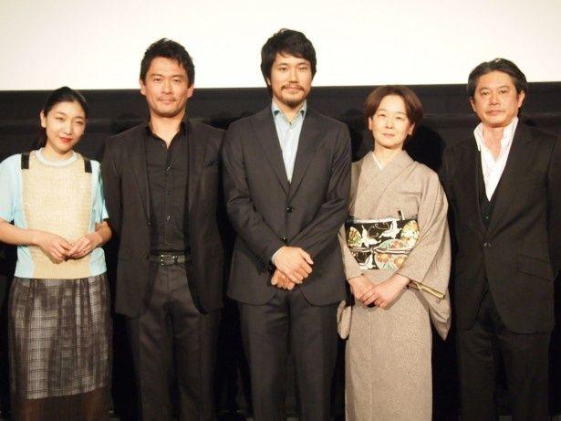 """左から安藤サクラ、内野聖陽、松山ケンイチ、田中裕子、久保田直監督。撮影以来、久々に""""家族""""が集まったそう"""