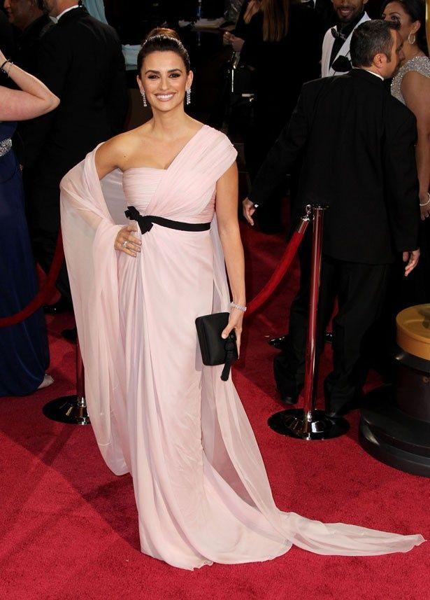 ピンク色のジャンバティスタ ヴァリのドレスで授賞式に出席したペネロペ