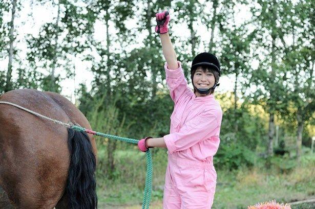 馬が大好きなヒロインの御影アキを演じる広瀬アリス。乗馬もこなし、ばん馬レースにも挑戦!