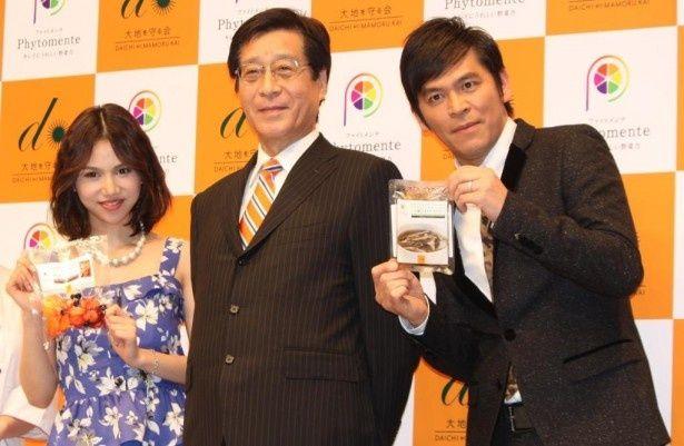 「ファイトメンテ」シリーズの記者発表会に登場した水沢アリー(左)と岡田圭右(右)