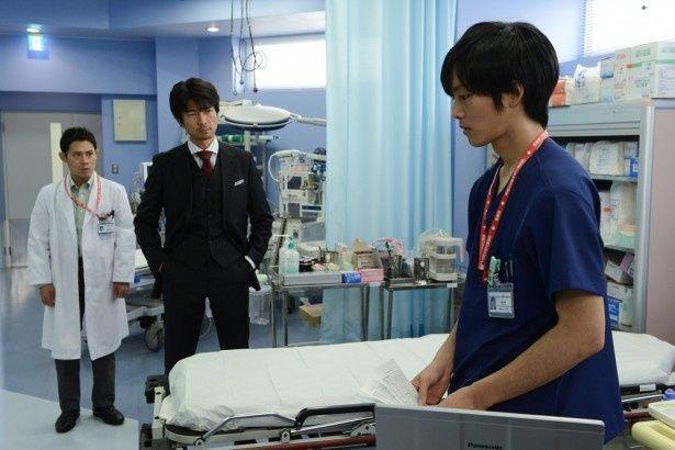 ドラマ「チーム・バチスタ2 ジェネラル・ルージュの凱旋」('10年)では研修医だったが、映画では救命救急医に成長している松坂桃李(右)演じる滝沢