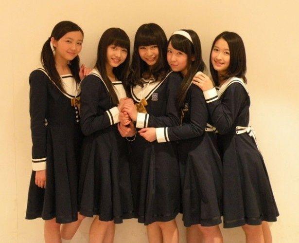平均年齢16歳の東京女子流。このインタビュー後には最年少の新井ひとみ(左から2番目)の中学卒業パーティが開かれたとか