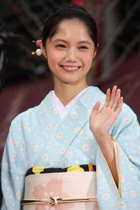 櫻井翔、宮崎あおいが和装で桜色のカーペットに登場!