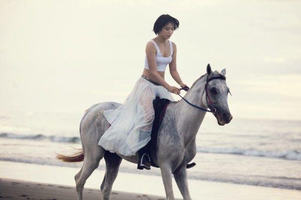 御影アキさながらの乗馬を披露する広瀬アリス