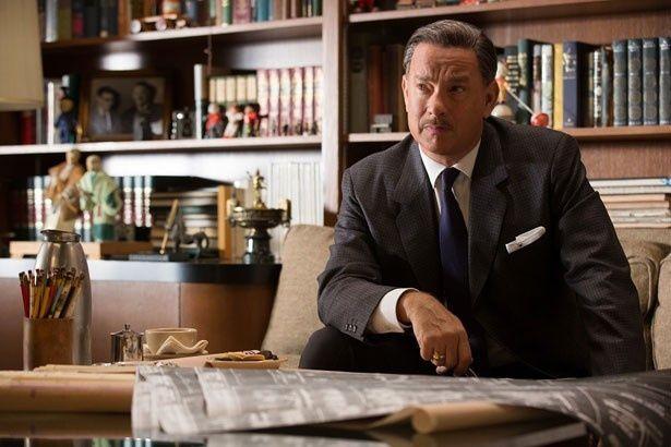 ウォルト・ディズニーを演じたトム・ハンクス。インタビュー映像では、ウォルトの人物像や仕事ぶりについて明かす
