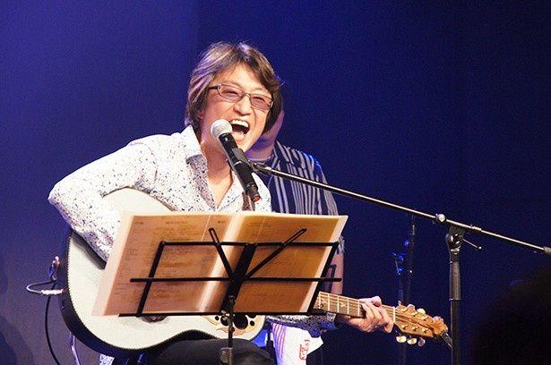 かつて井上和彦のために作った歌を再び披露する小杉。バースデーケーキ登場時には観客とともにバースデーソングも歌った