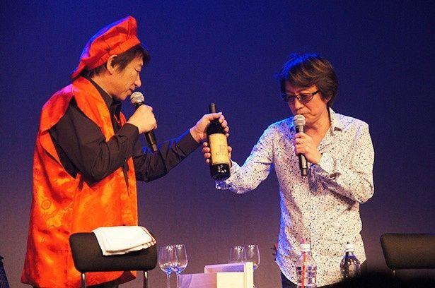 夜の部ではプレゼントとして届けられた60年もののワインを舞台上で開けたりも