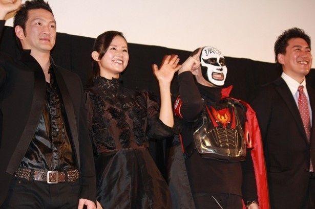 上映後に舞台挨拶に登壇した主人公を演じる中村獅童、小西真奈美、原作者の鉄拳、竹永典弘監督