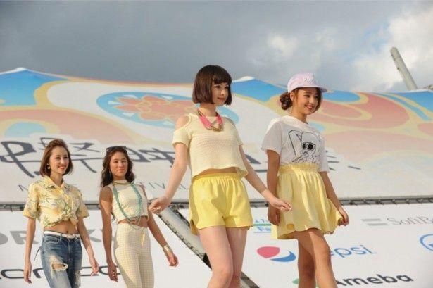 人気ファッションモデルやアイドルで華やかに色づいた「沖縄国際映画祭」のビーチステージ