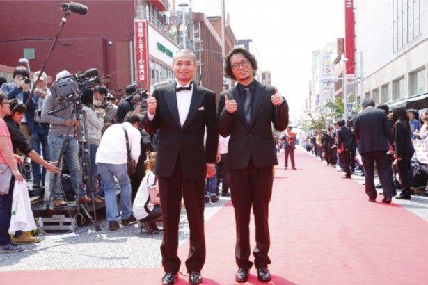 国際通りでのレッドカーペットに登場した品川ヒロシと田中聖(写真左より)