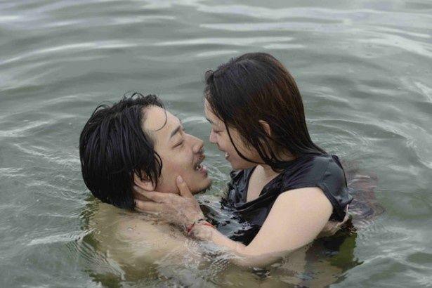 主人公・達夫を演じた綾野剛と激しいラブシーンを披露するヒロイン役の池脇千鶴